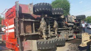 Ехавшая на вызов пожарная машина перевернулась в Алматы