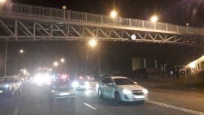 В Алматы упавшую с пешеходного моста девушку переехал автомобиль