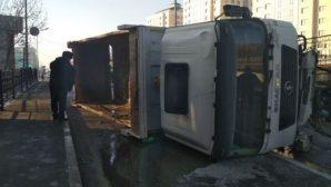 В Алматы перевернулся грузовик, водитель получил травмы