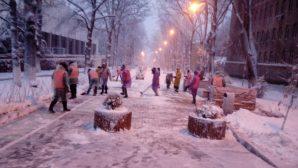 В Алматы 2 300 человек занимаются уборкой снега