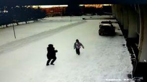 В Зыряновске задержали женщину, накинувшуюся на девочку на улице