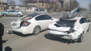 Крыша жилого дома упала на автомобили в пригороде Атырау