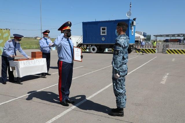 В Нур-Султане наградили врачей, полицейских и волонтёров, работавших на блокпостах
