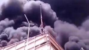 В Алматы крановщик спас мужчину с горящей крыши