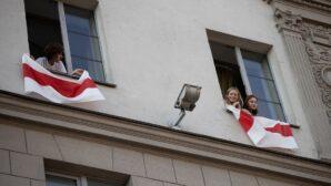 В Беларуси милиция приравняла вывешивание флага на балконе к пикету